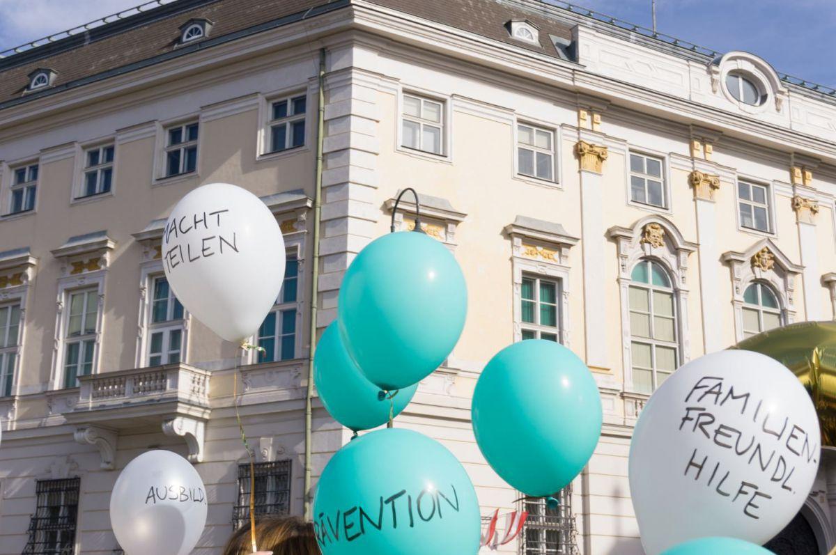 21 Luftballons mit Forderungen