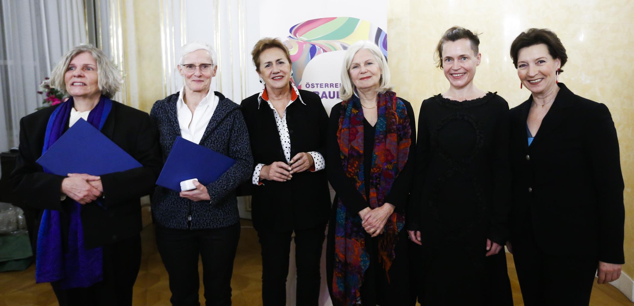 Die Frauenring-Preisträgerinnen 2015 mit Gabriele Heinisch-Hosek und Christa Pölzlbauer (c) Georg Stefanik / BKA
