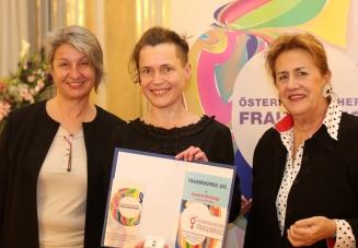 Electric Indigo erhält den Frauenring-Preis 2015 von Barbara Klein und Christa Pölzlbauer (c) Georg Stefanik / BKA
